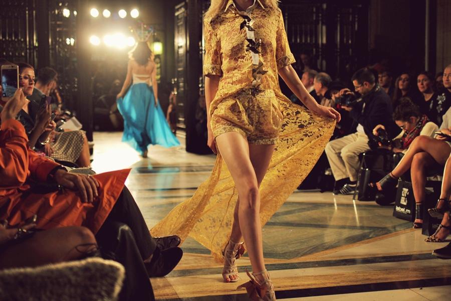 langes gelbes kleid