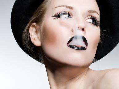 woman-smoking - التدخين يضر النساء أكثر من الرجال
