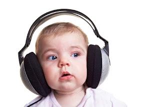 Foto gambar bayi lucu mendengarkan musik 26