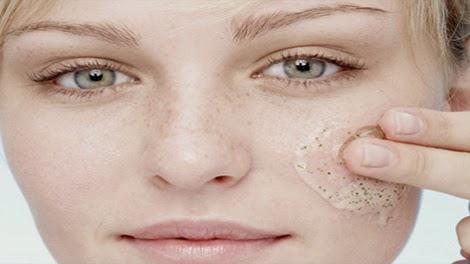 علاج الكلف والنمش بالاعشاب الطبيعية علاج الكلف والنمش بالاعشاب الطبيعية معجون الفريز الفريز يحتوي على حامض الستريك والذي اثبت فعاليته في محاربة وعلاج  علاج الكلف والنمش بالاعشاب الطبيعية علاج الكلف والنمش بالاعشاب الطبيعية الكلف. تهرس بضع حبات منه وتوضع على الوجه لمدة 5 دقائق ثم يغسل الوجه جيدا وتكرر العملية علاج الكلف والنمش بالاعشاب الطبيعية علاج الكلف والنمش بالاعشاب الطبيعية عصير البقدونس غسل الوجه بعصير البقدونس فعال جدا في تنقية الوجه تماما من البقع.  علاج الكلف والنمش بالاعشاب الطبيعية علاج الكلف والنمش بالاعشاب الطبيعية ولنتائج أفضل يمكن مزج مقادير متساوية من عصير البقدونس والحامض والبرتقال والتوت البري. علاج الكلف والنمش بالاعشاب الطبيعية علاج الكلف والنمش بالاعشاب الطبيعية الفجل مع الحامض الفجل يحتوي على مواد تعمل على تقشير البشرة بطريقة فعالة جدا.  علاج الكلف والنمش بالاعشاب الطبيعية علاج الكلف والنمش بالاعشاب الطبيعية وللحصول على أفضل النتائج يخلط الفجل المقطع مع عصير الحامض في الخلاط حتى  علاج الكلف والنمش بالاعشاب الطبيعية علاج الكلف والنمش بالاعشاب الطبيعية يصبح على هيأة معجون ثم يوضع على بشرة الوجه ويترك حتى يجف ثم يغسل. علاج الكلف والنمش بالاعشاب الطبيعية علاج الكلف والنمش بالاعشاب الطبيعية زيت الخروع معروف بفوائده الكثيرة للبشرة وللشعر. وفي حالة الكلف, فإن زيت الخروع  علاج الكلف والنمش بالاعشاب الطبيعية علاج الكلف والنمش بالاعشاب الطبيعية يعيد توزيع الصبغة اللونية على بشرة الوجه, ولذلك يمكن مسح البشرة به قبل النوم كعلاج  علاج الكلف والنمش بالاعشاب الطبيعية علاج الكلف والنمش بالاعشاب الطبيعية للكلف ويترك طوال الليل حتى الصباح. وهو من أكثر علاجات الكلف فعاليته, حيث يوصى بها بشدة. علاج الكلف والنمش بالاعشاب الطبيعية علاج الكلف والنمش بالاعشاب الطبيعية الحمضيات من أفضل علاجات الكلف وفقا لتجارب من عانوا منه, سواء الحامض, البرتقال,  علاج الكلف والنمش بالاعشاب الطبيعية علاج الكلف والنمش بالاعشاب الطبيعية البومبلوموس أو غيرها. ويفضل مزجها مع الياغورت لصنع معحون يترك على الوجه حتى يجف. علاج الكلف والنمش بالاعشاب الطبيعية علاج الكلف والنمش بالاعشاب الطبيعية