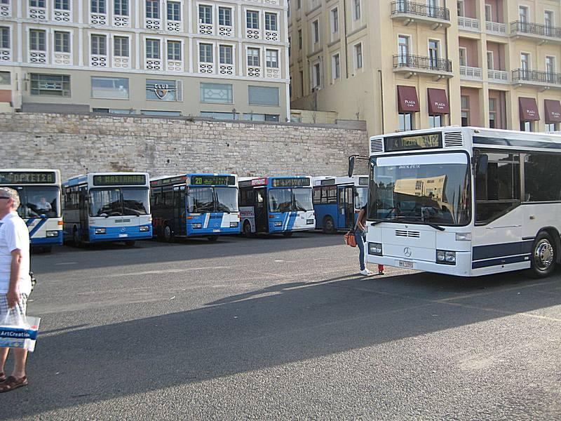 Stajalište gradskih autobusa naspram ulaza u stanicu.