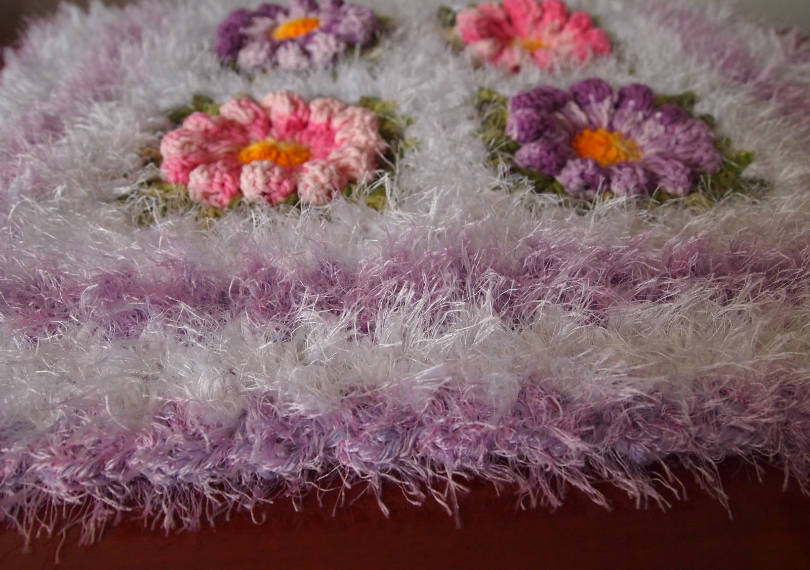 os croches da elsa tapete com flor margarida. Black Bedroom Furniture Sets. Home Design Ideas