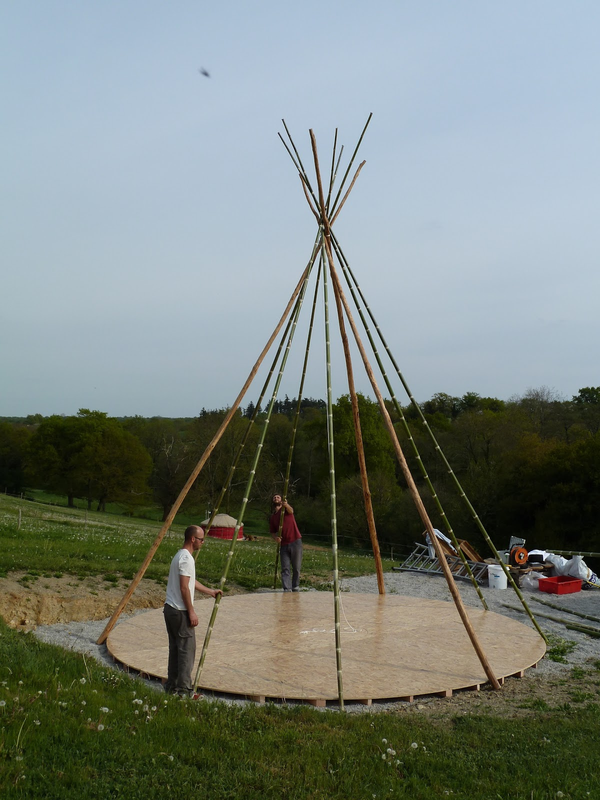 le wwoof en v lo couch de j r me et angela montage d 39 un tipi. Black Bedroom Furniture Sets. Home Design Ideas