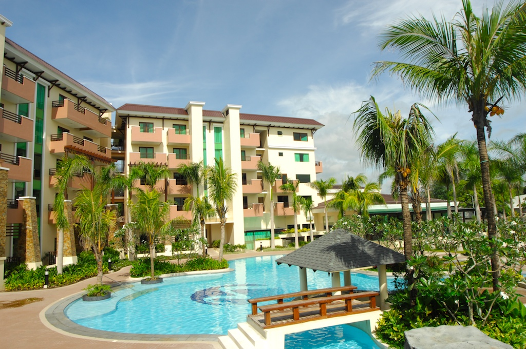 Livin la vida at hotel vida clark pampanga b l a s t for Swimming pool area