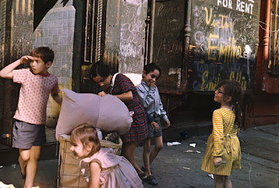 Helen Lewitt - New York, 1972 (kids with laundry)
