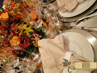 guardanapo, porta guardanapo de porcelana, taças, arranjo floral