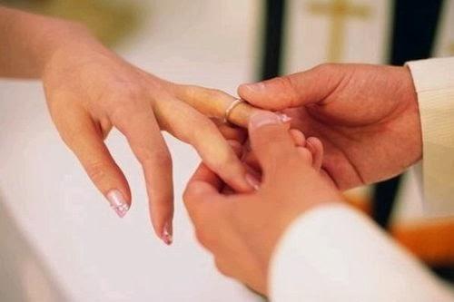 đeo nhẫn cưới cho cô dâu