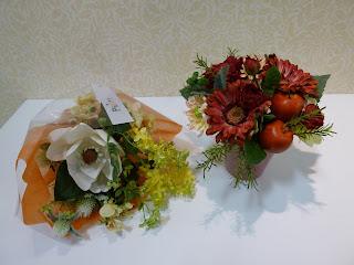 ヒメリンゴ&ガーベラの赤系アレンジとマグノリアの黄色系アレンジ