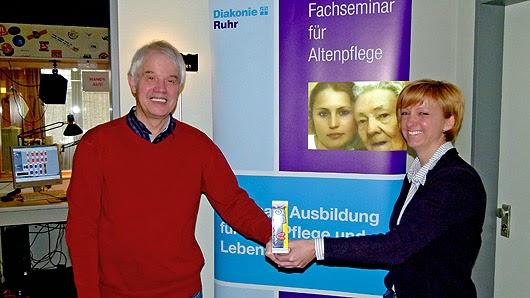 Vor dem RuhrstadtStudio entstand dieses Foto mit Marion Hohmann und Michael Winkler. In der Hand halten sie eine Porzellanminiatur des bekannten französischen Mauer-Künstler Thierry Noir, der im vergangenen Jahr in der EvK-Galerie ausgestellt hatte. (Foto: Marek Schirmer)