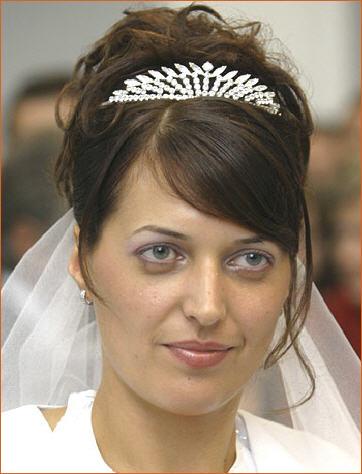 loose bun hairstyles. wedding un hairstyles.