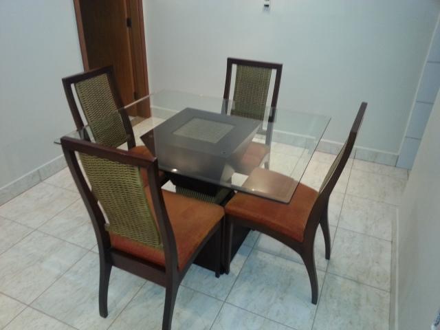 Vista superior mesa com 4 cadeiras em madeira e tampo em vidro temperado
