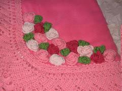 Lasciati coccolare...soffici plaid in pile decorati con trina e fiori realizzati a mano!
