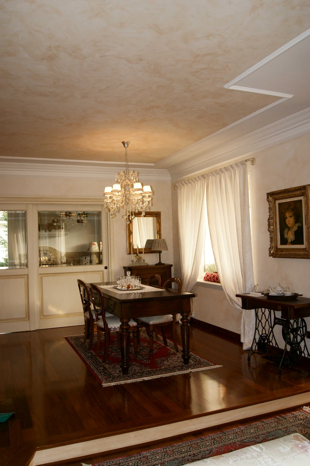 La Sala Da Pranzo Con Il Lampadario Che Fa Bella Scena Di Se. La  #321909 1065 1600 Lampadario Classico Cucina