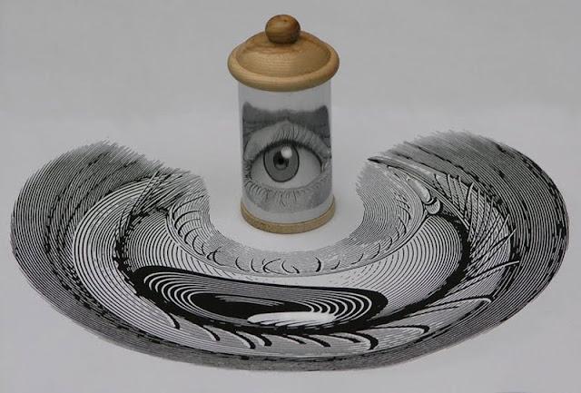 A arte anamórfica de István Orosz que ganha vida quando colocada em um espelho