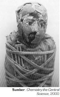 Radioisotop karbon-14 digunakan untuk mengukur usia mumi ini, yaitu sekitar 3.100 tahun