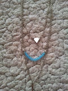 colis-née-jolie-bijoux-rangs-collier-triangle