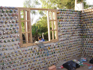 Casas construídas com garrafas pet