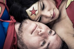 Wonder Woman et Superman allongés joue contre joue.
