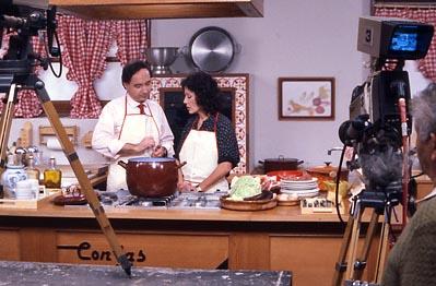 La tele encendida elena santonja 39 con las manos en la masa 39 for Programas de cocina