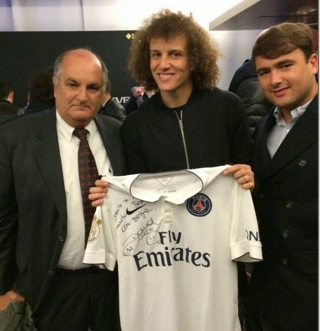 David Luiz presenteia Alexi Portela com camisa do PSG
