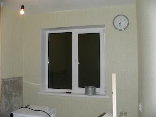 оклеили обоями стену с окном