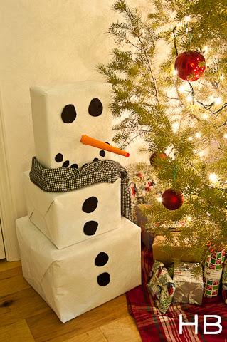 Boneco de neve gigante feito com reciclagem de caixas de papelão