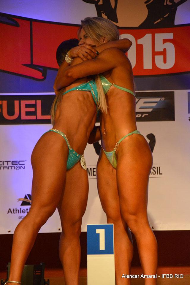 Carla Carra e Taiane Américo se abraçam no pódio após anúncio da campeã. Foto: Alencar Amaral