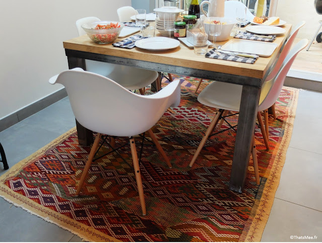 tapis persan marocain,  chaises  blanches imitation Eames, table sur-mesure ferronnier soudeur