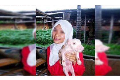 Cerita di Balik Wanita Berhijab Ini Pegang Babi