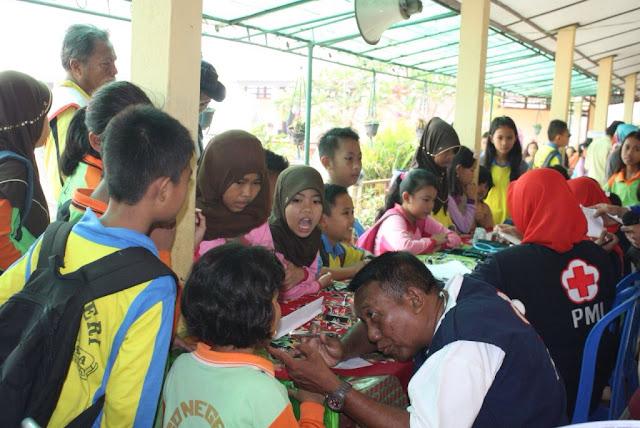 PMI memberikan layanan kesehatan di SDN 05 Indralaya