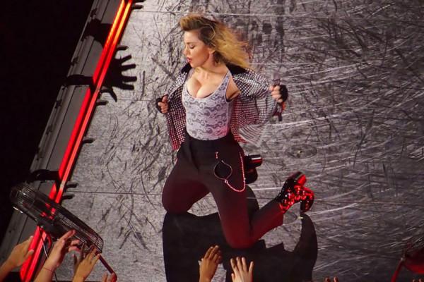 Madonna rinde homenaje a David Bowie durante su show en Houston.