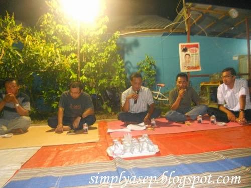 Rapat dalam suasana santai malam minggu.  Foto Asep Haryono