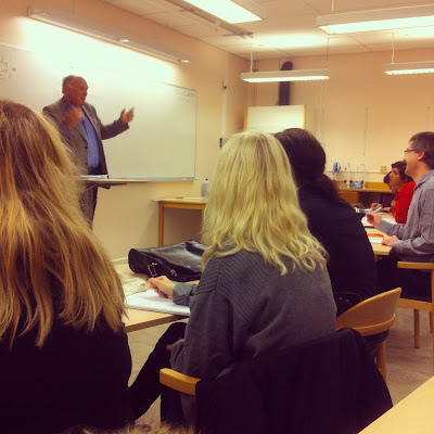 Föreläsning om politik och ungdomsarbetslöshet på Kävesta folkhögskola i Örebro län.