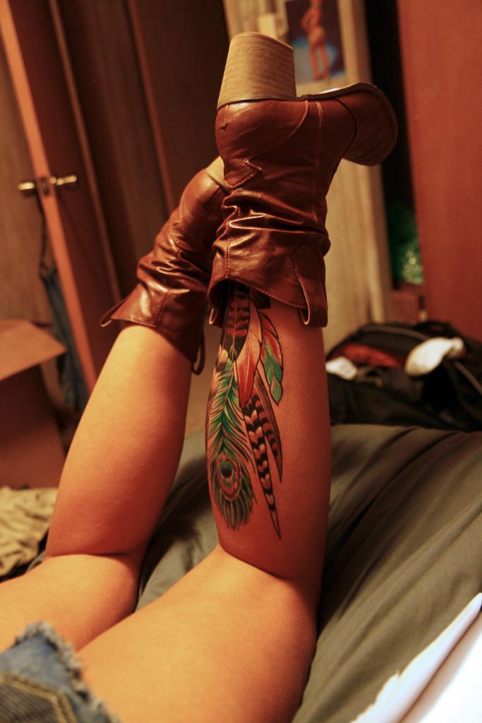 bacak arkasında renkli tüyler olan dövme