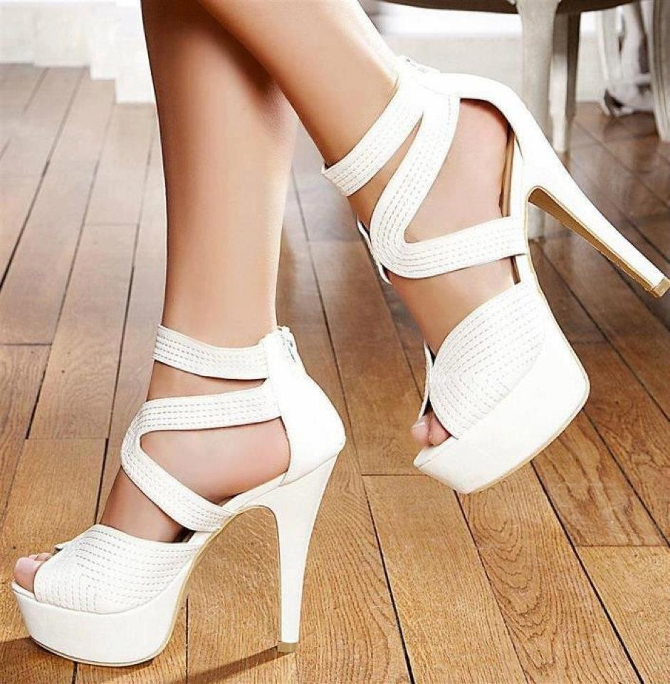 Beyaz çapraz model topuklu ayakkabı