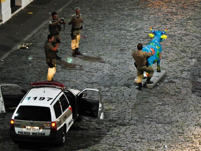 policial brincando em servico