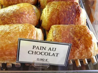 In einer französischen Bäckerei: Pain au chocolat - 0,90 €