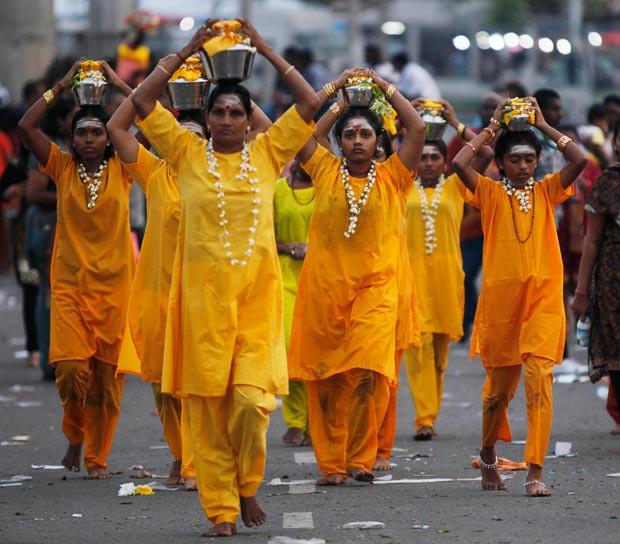 女信众顶着Pal Kavadi的铜罐还愿、忏悔