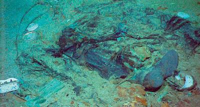 IMEJ menunjukkan sehelai kot dan kasut dekat bangkai kapal Titanic yang karam di dasar Lautan Atlantik.