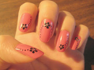 Unhas rosas com flores