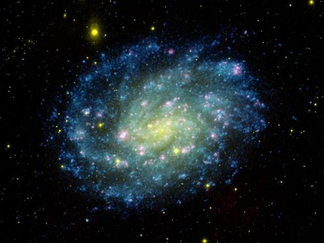 Samanyolu galaksisinden objektife yansıyan ışıltılı kareler.