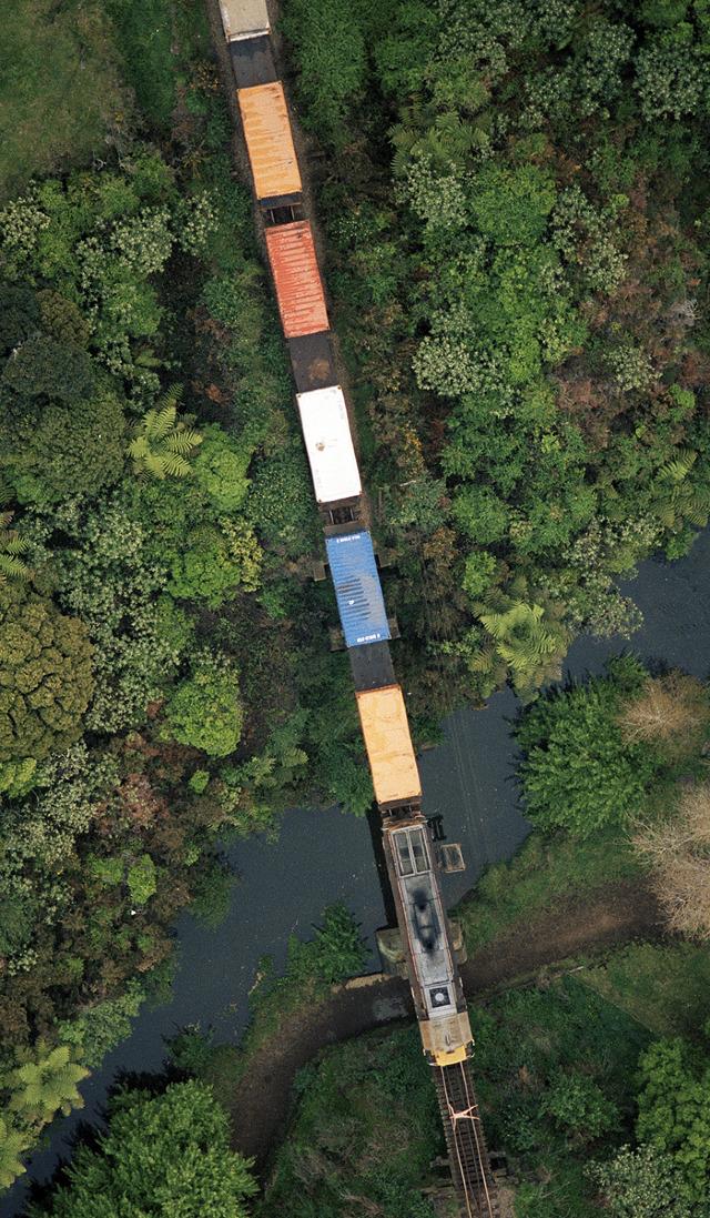 vista aerea de mujer desnuda encima de vias de tren