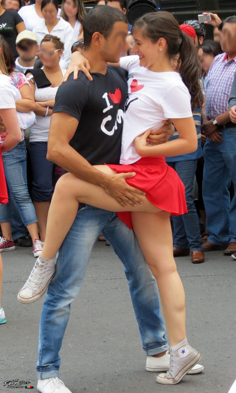 Mujeres En Minifalda Ensenando Tangas