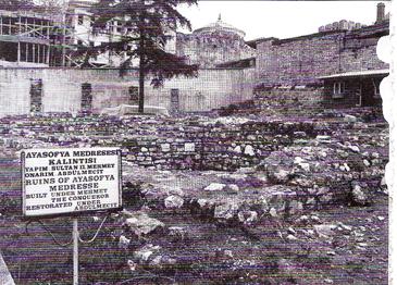 İlk kuruluşunda Molla Hüsrev gibi bir devin müderrislik yaptığı medresenin yok edildikten sonraki içler acısı durumu (Kazım Zaim arşivi)