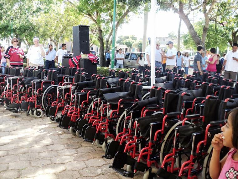 Entrega de sillas de Ruedas en Bahias de Huatulc