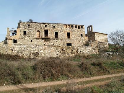 El Mas d'Olzinelles i l'església de Sant Jaume des del cantó de migdia