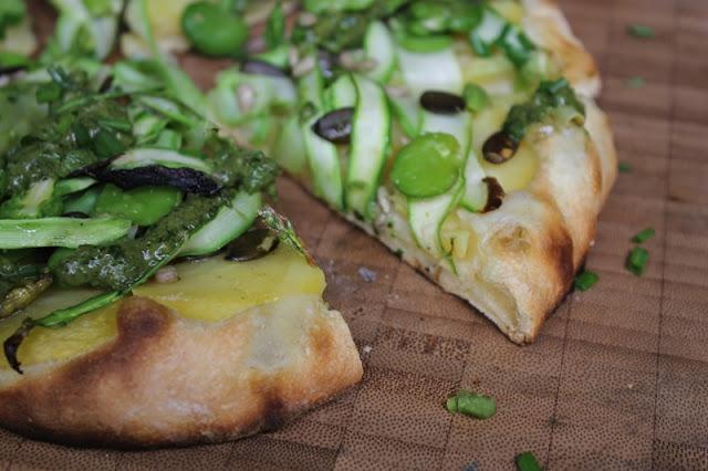 Veganer Flammkuchen mit grünem Spargel