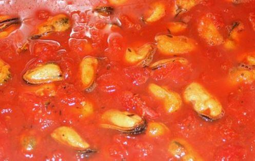 Moules cuisinées à la tomate, aux oignons et à la feta, cuisine grecque