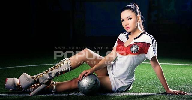 Galleri Foto Hot Vulgar Vicky Shu Artis Model Cantik Indonesia di Majalah Popular 2014