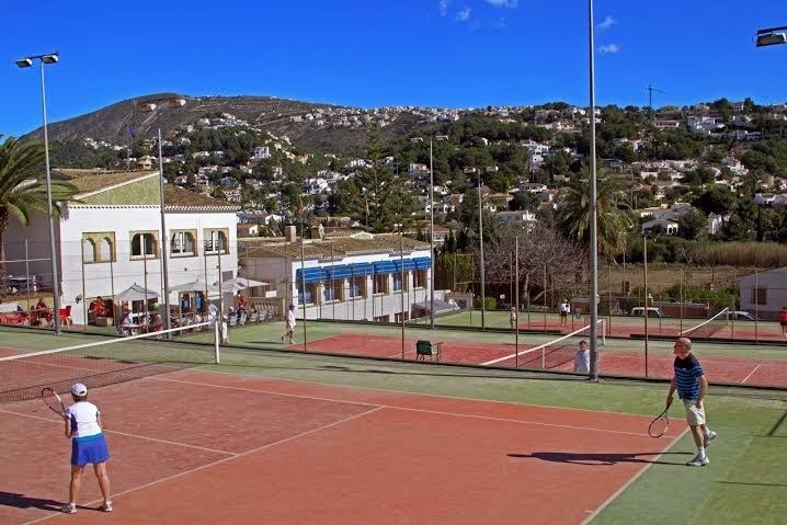 Tennisvakantie in Moraira. Tennisles op Solpark en met verblijf in een luxe villa.